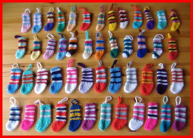 Free knit pattern for tiny Christmas stockings